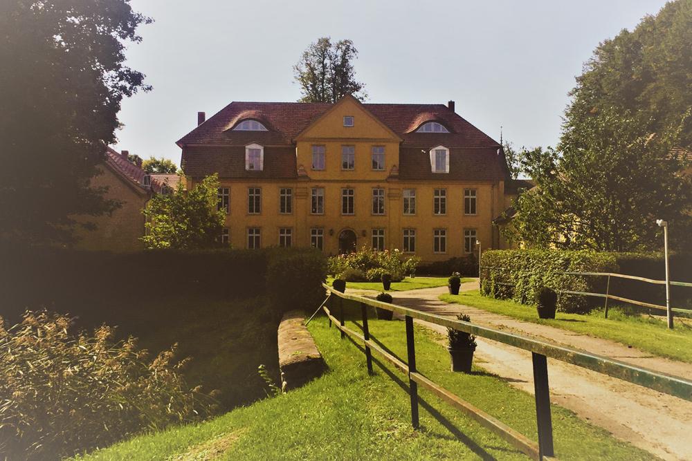 Schloss Lühburg mit Brücke
