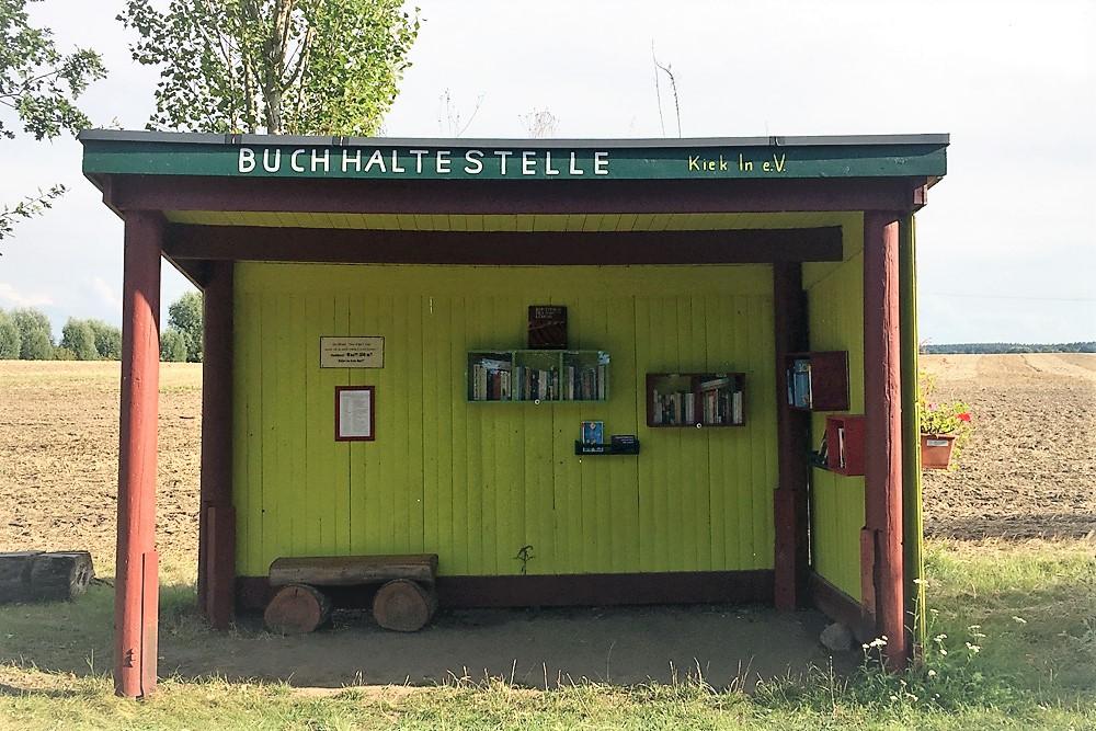 Buchhaltestelle in Bröbberow