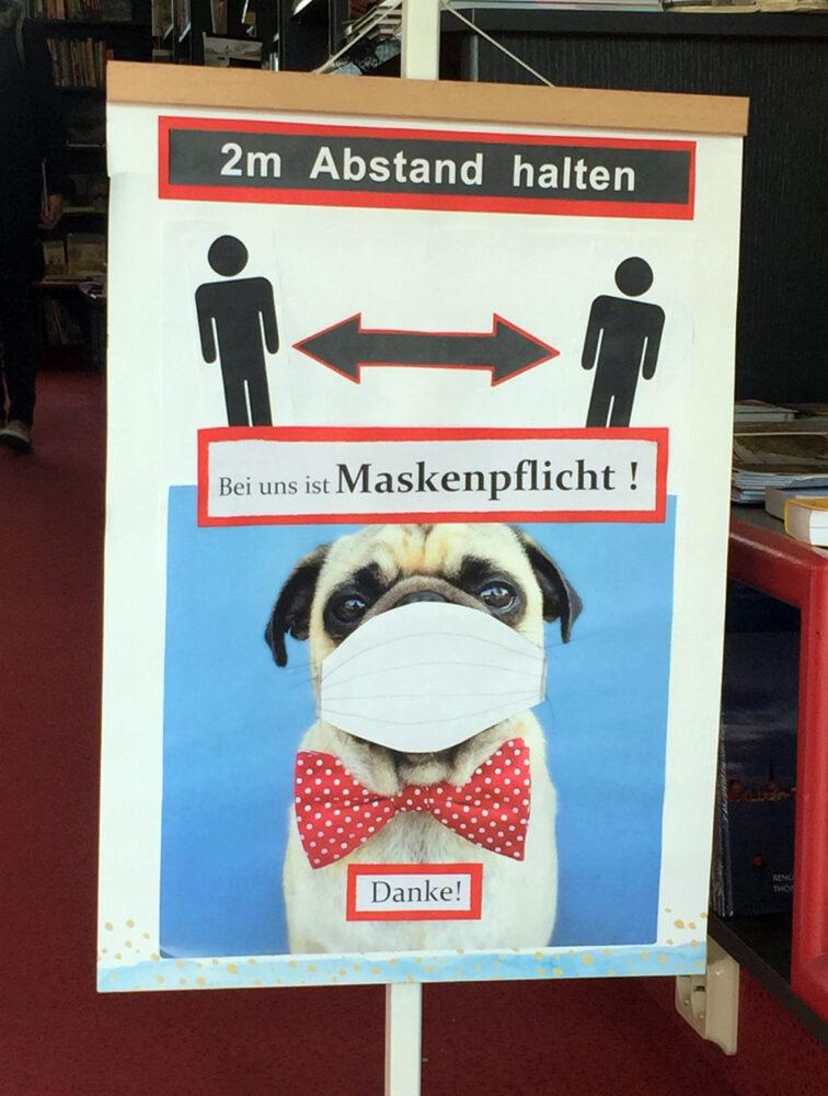 Hinweis auf Maskenpflicht. Ob sie auch für Möpse gilt? ;-)