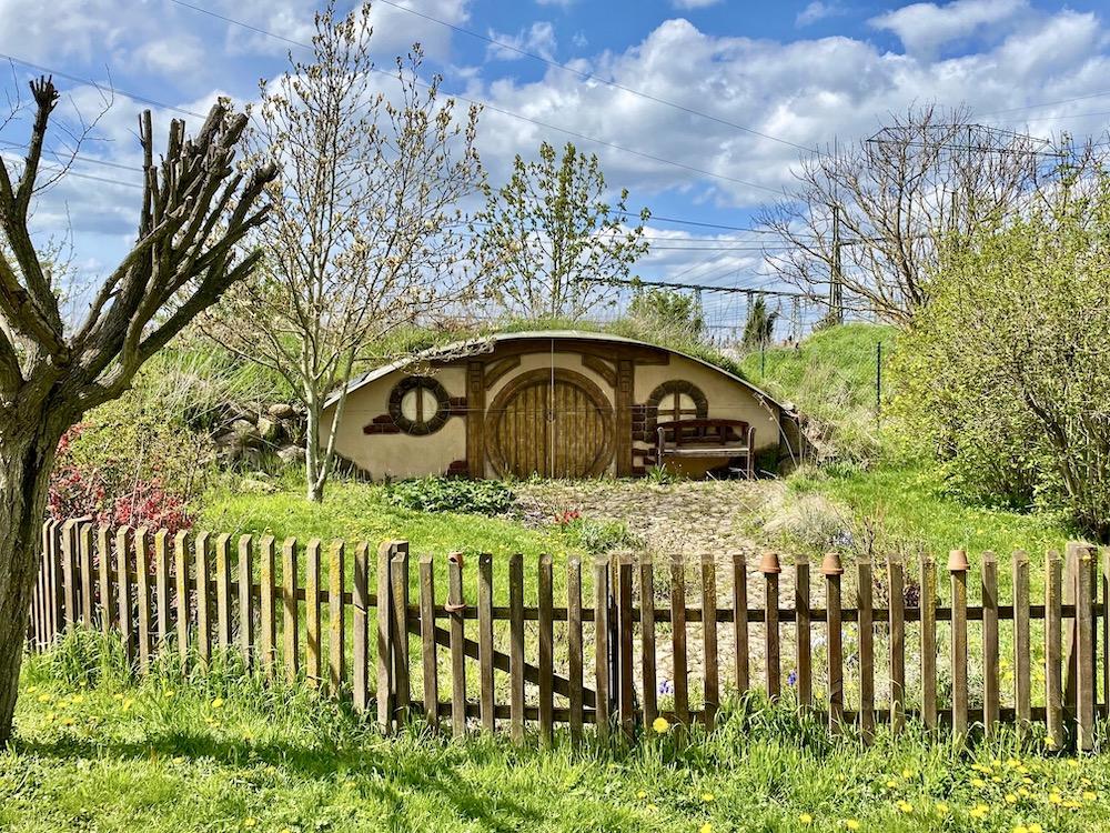 Ein kleines Garten-Häuschen, das an eine Hobbit-Höhle erinnert.